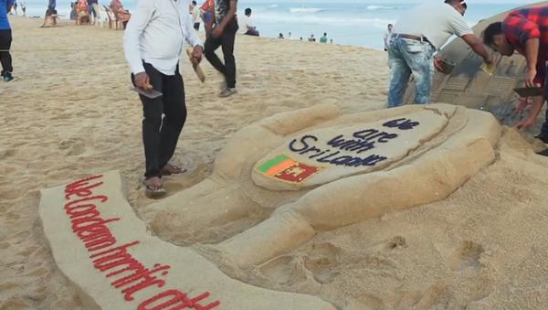 Artista rinde homenaje a las víctimas de Sri Lanka con una escultura de arena - Sputnik Mundo