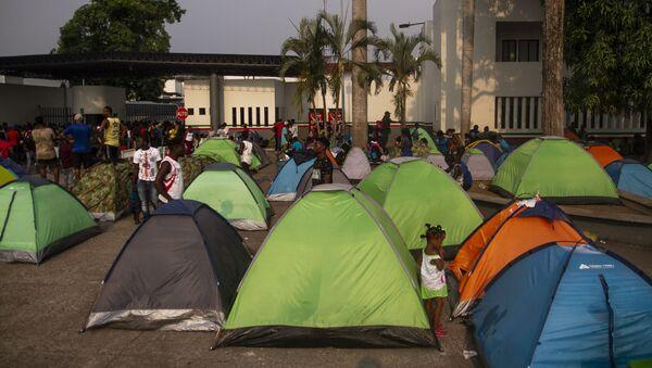 Campamento de asiáticos, africanos y haitianos frente a la cárcel migratoria Siglo XXI, quienes exigen estancia legal en México - Sputnik Mundo
