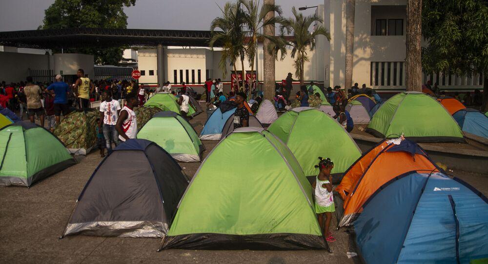 Campamento de asiáticos, africanos y haitianos frente a la cárcel migratoria Siglo XXI, quienes exigen estancia legal en México