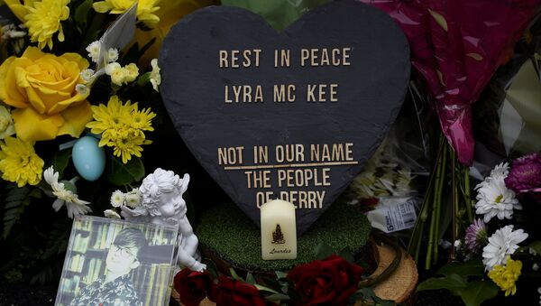 Flores en el lugar donde asesinaron a la periodista Lyra McKee - Sputnik Mundo