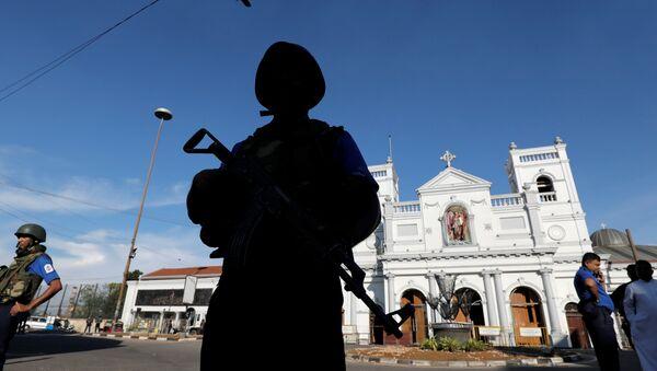 Un militar en el lugar de las explosiones en Sri Lanka - Sputnik Mundo