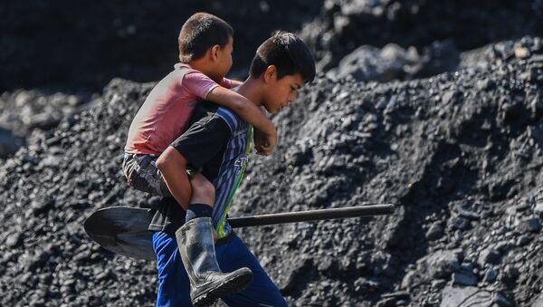 Jóvenes buscadores de esmeraldas en el río Las Ánimas, cerca de una mina en el municipio de Muzo, conocido como la 'capital mundial de las esmeraldas'. - Sputnik Mundo