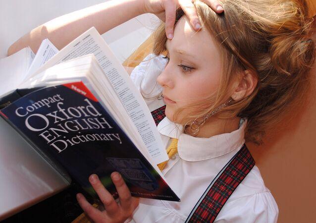 Una mujer con el diccionario inglés