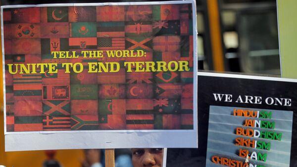 El cartel en el que se lee 'Dile al mundo: que se una para acabar con el terrorismo' - Sputnik Mundo