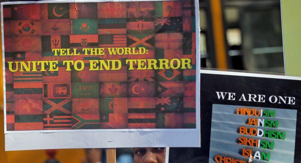 El cartel en el que se lee 'Dile al mundo: que se una para acabar con el terrorismo'