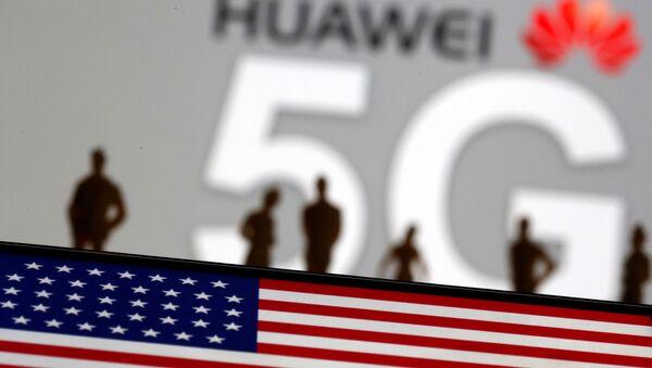 Bandera de EEUU con el fondo del logo de Huawei y la tecnología 5G (ilustración) - Sputnik Mundo