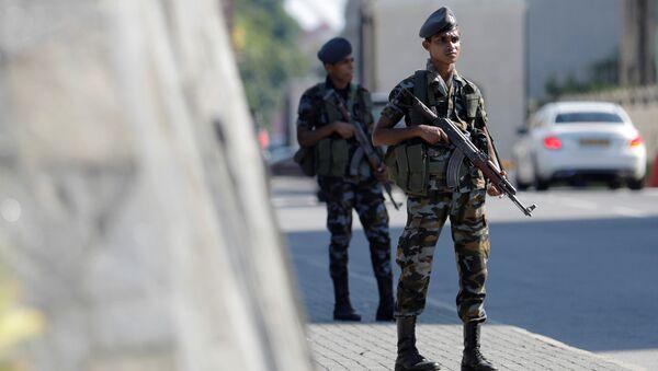 Un militar en el lugar del atentado en Sri Lanka - Sputnik Mundo