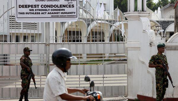 Militares cerca de una mezquita en Sri Lanka - Sputnik Mundo