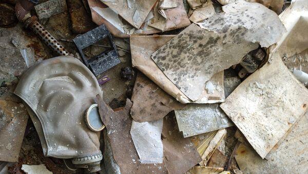 Una máscara de gas abandonada en la zona de exclusión de Chernóbil - Sputnik Mundo