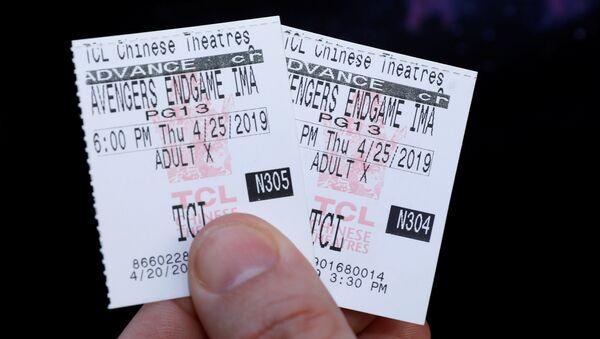 Un fan de los vengadores muestra los boletos para asistir al estreno de la película Vengadores: Endgame en Los Angeles (EEUU) - Sputnik Mundo