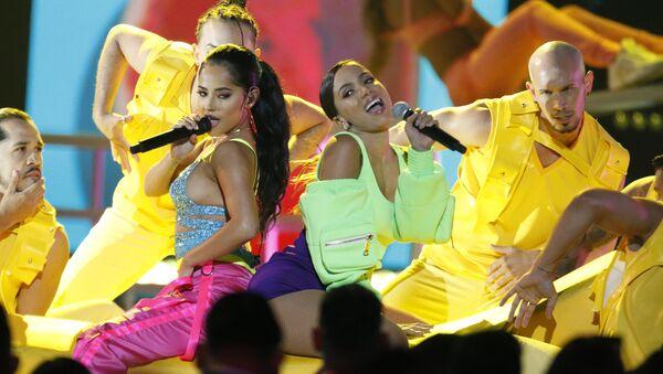 Las cantantes Becky G y Anitta durante su actuación en los Premios Billboard de la Música Latina  - Sputnik Mundo