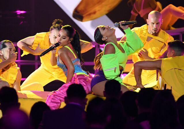 Las cantantes Becky G y Anitta durante su actuación en los Premios Billboard de la Música Latina