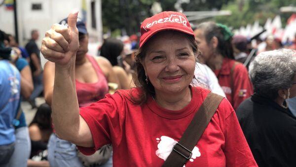 Una venezolana celebra que su país sale de la OEA - Sputnik Mundo
