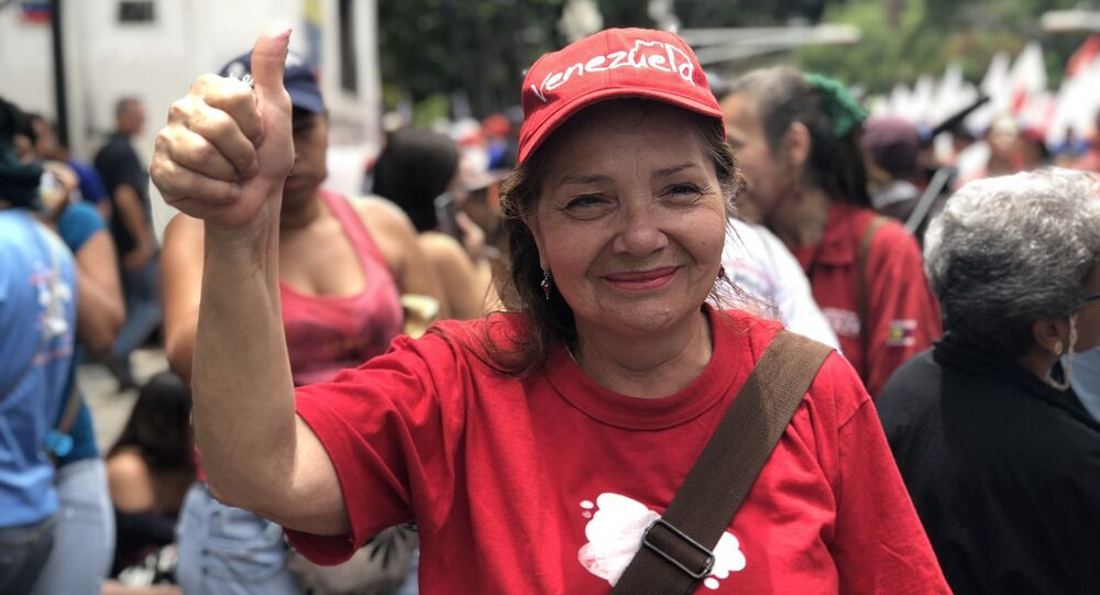 Una venezolana celebra que su país sale de la OEA