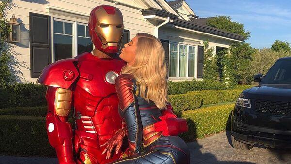 Kylie Jenner y su novio, Travis Scot, disfrazados de Capitana Marvel y Hombre de Hierro - Sputnik Mundo