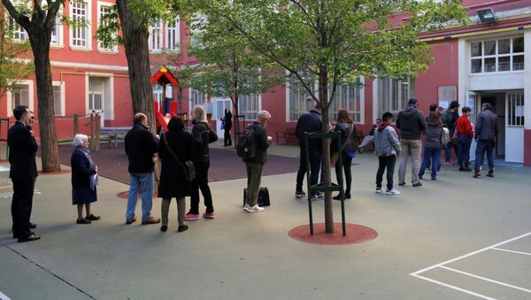 Electores esperan afuera de un colegio electoral en Madrid - Sputnik Mundo