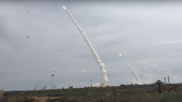 Sistemas de defensa antiaérea S-300 en acción - Sputnik Mundo