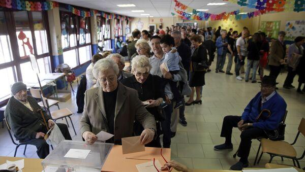 Una cola de votantes durante las elecciones generales españolas del 28 de abril de 2019 - Sputnik Mundo