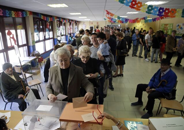 Una cola de votantes durante las elecciones generales españolas del 28 de abril de 2019