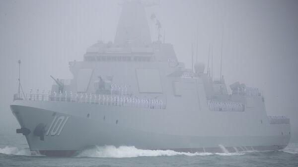 El destructor Type 055 durante el desfile naval en honor al 70 aniversario de la Marina de Guerra de China  - Sputnik Mundo