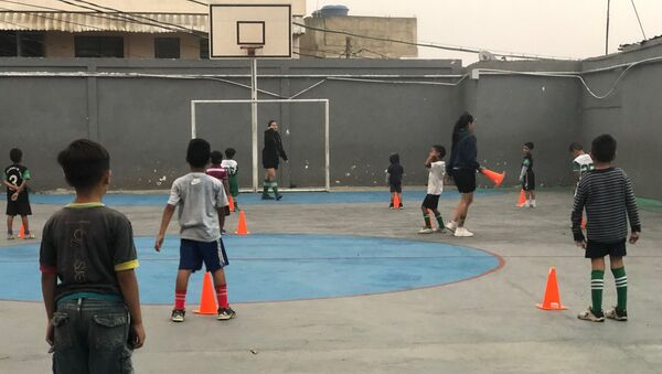 La labor de 'Los grandes de Lídice' se da en el gimnasio de un colegio, al que pudieron acceder por la importancia que ha dado la Revolución bolivariana al desarrollo a través del deporte - Sputnik Mundo