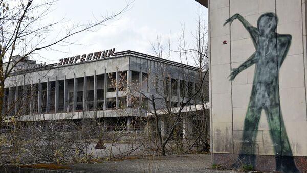 Un edificio y un graffiti en la zona de exclusión de Chernóbil (archivo) - Sputnik Mundo