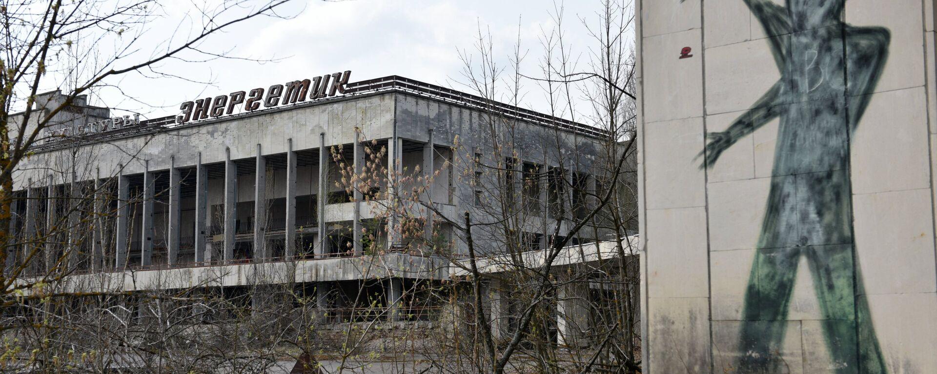 Un edificio y un graffiti en la zona de exclusión de Chernóbil (archivo) - Sputnik Mundo, 1920, 26.04.2021
