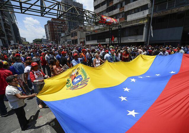 Cientos de personas se manifiestan a favor de Nicolás Maduro cerca del Palacio de Miraflores