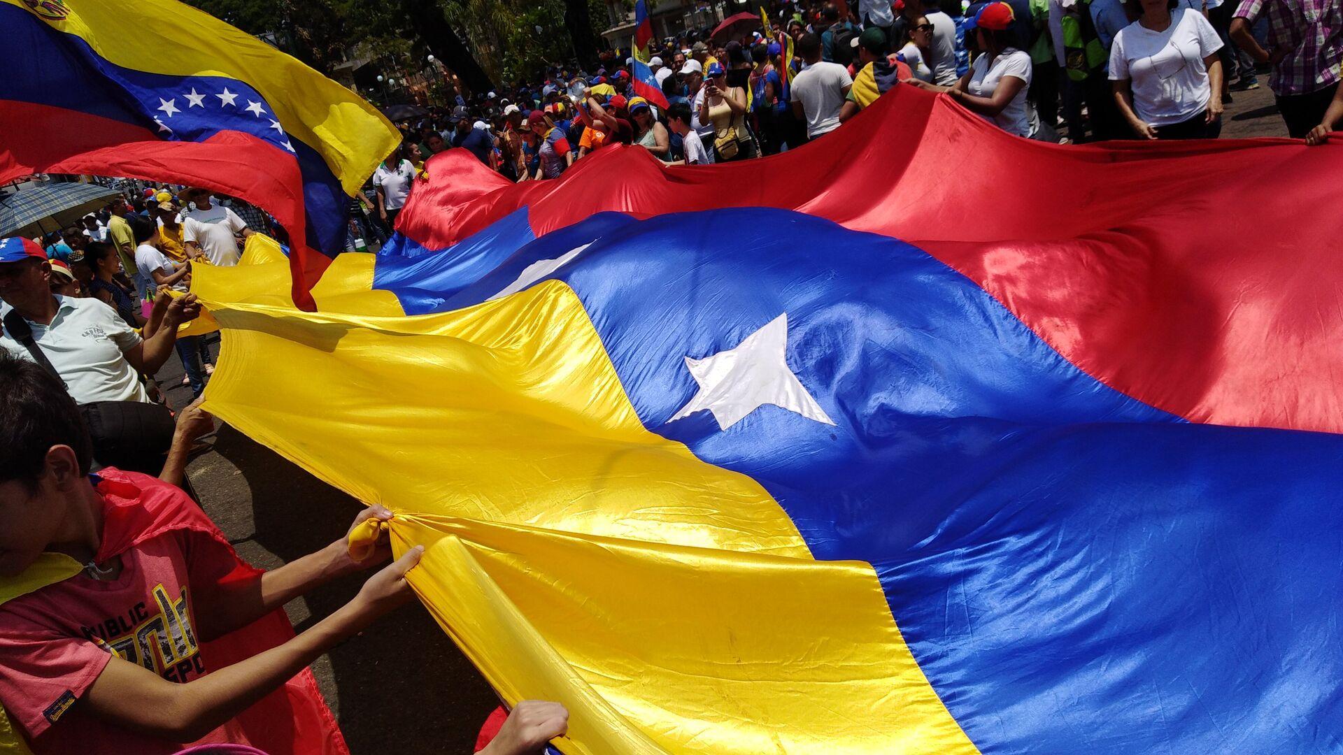 Personas con bandera de Venezuela - Sputnik Mundo, 1920, 08.07.2021