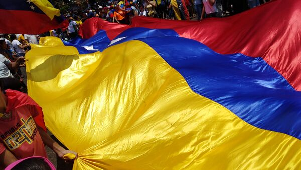Personas con bandera de Venezuela - Sputnik Mundo