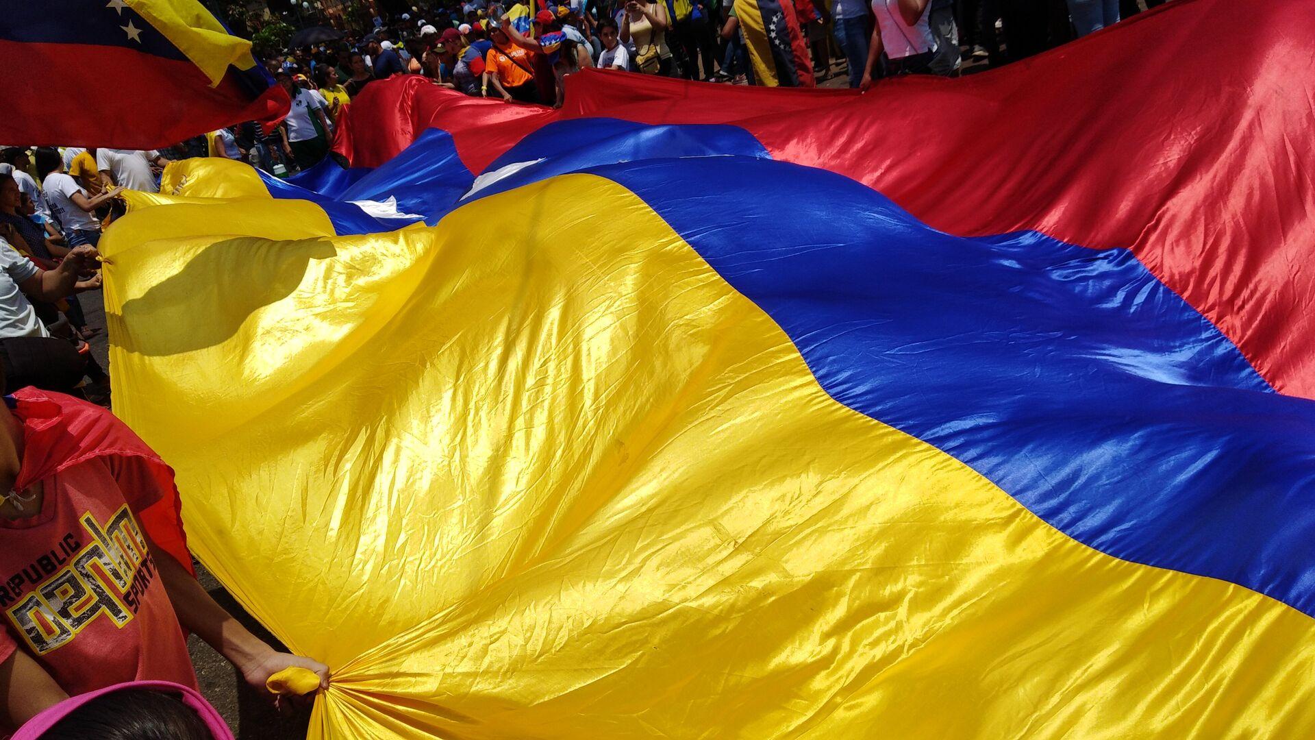 Personas con bandera de Venezuela - Sputnik Mundo, 1920, 31.08.2021