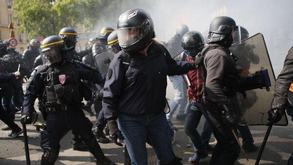 En Francia, las manifestaciones por el 1º de mayo coincidieron con los incesables choques de la Policía y los llamados 'chalecos amarillos' - Sputnik Mundo
