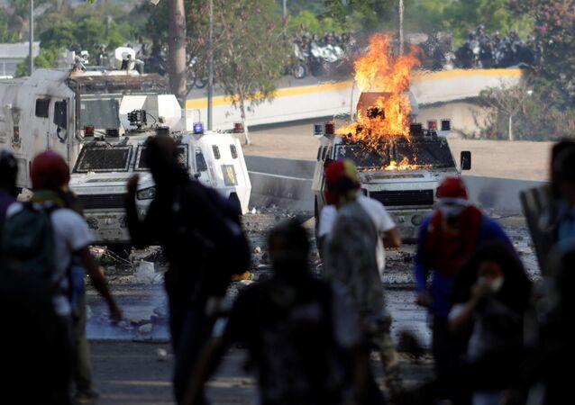Los partidarios de la oposición venezolana se enfrentan a las fuerzas de seguridad del país (archivo)