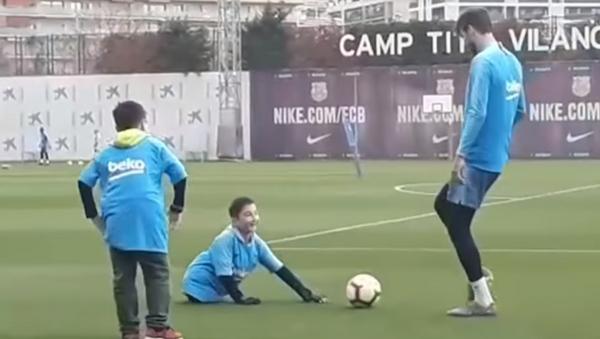 Un sueño hecho realidad: un niño sin piernas juega al fútbol con Piqué y Messi - Sputnik Mundo