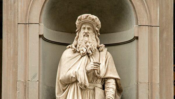 Estatua de Leonardo Da Vinci en la fachada de la Galería de los Uffizi en Florencia - Sputnik Mundo