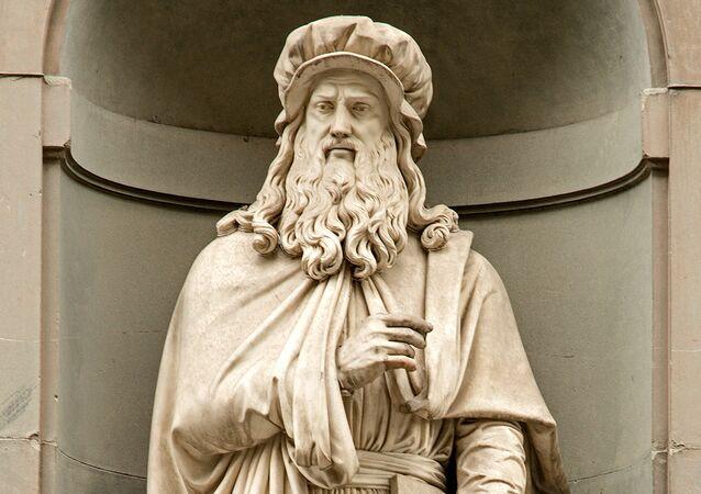 Estatua de Leonardo Da Vinci en la fachada de la Galería de los Uffizi en Florencia