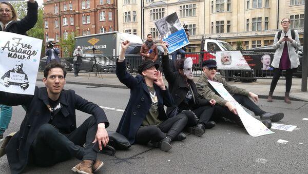 Partidarios de Julian Assange, fundador de WikiLeaks, cerca del juzgado de Westminster, Reino Unido - Sputnik Mundo