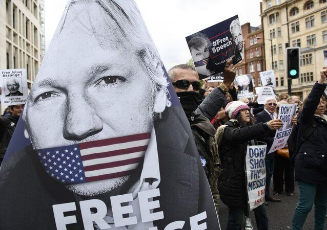 Partidarios de Julian Assange, fundador de WikiLeaks, cerca del juzgado de Westminster, Reino Unido (archivo)