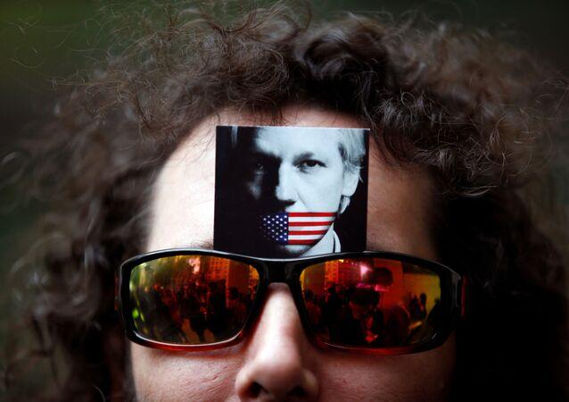 Un manifestante lleva una foto de Julian Assange en sus gafas de sol