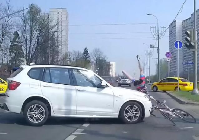 Fuertes imágenes del choque de un ciclista con un auto
