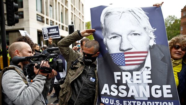 Activistas con la foto de Julian Assange, fundador de WikiLeaks, cerca del juzgado de Westminster, Reino Unido - Sputnik Mundo