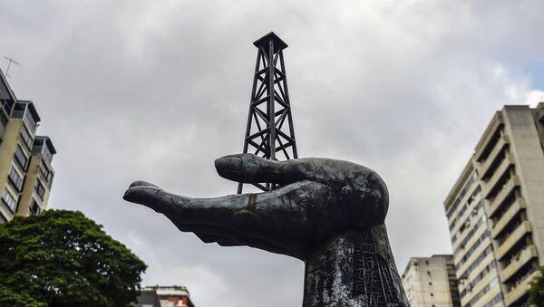 Monumento a las luchas del pueblo venezolano por la conquista de su patrimonio petrolero, frente a la sede de la petrolera estatal venezolana PDVSA - Sputnik Mundo