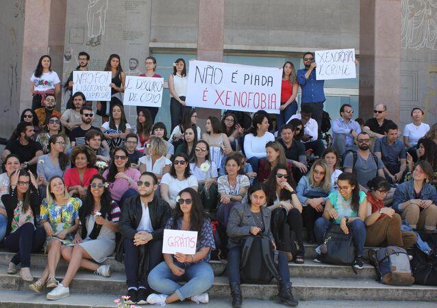 Estudiantes se reunen en la entrada del edificio de la Facultad de Derecho de la Universidad de Lisboa para manifestarse en contra de la xenofobia contra estudiantes brasileños