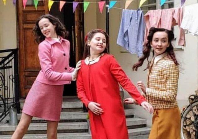 Eva Heyman, junto a sus amigas (captura de pantalla)