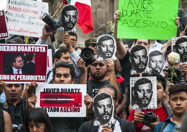 Protesta de fotorreporteros en Ciudad de México en 2015 por el asesinato del fotoperiodista Rubén Espinosa; en vida recibió innumerables amenazas de muerte