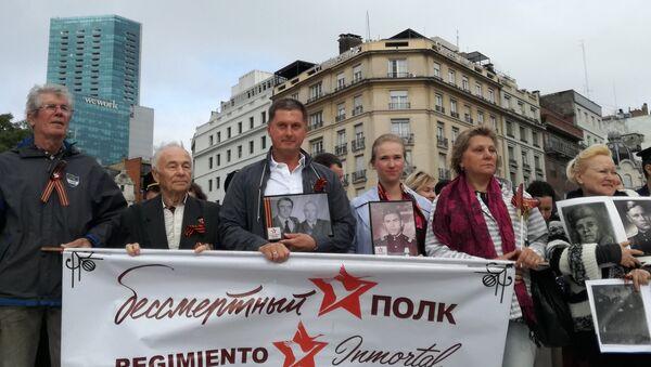 El embajador ruso en Argentina, Dmitri Feoktístov (centro), durante la Marcha del Regimiento Inmortal en Argentina por el 74 aniversario de la derrota del nazismo - Sputnik Mundo