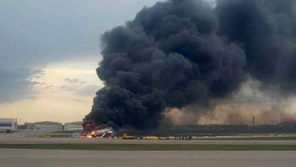 Avión de pasajeros Superjet 100 en llamas en el aeropuerto Sheremétievo de Moscú - Sputnik Mundo