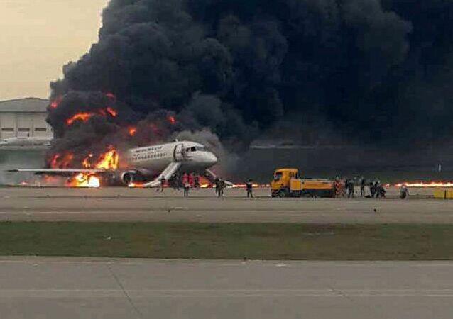Avión de pasajeros Superjet 100 en llamas en el aeropuerto Sheremétievo de Moscú