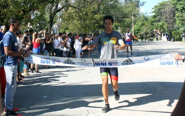Un participante de la Carrera de la Amistad en la Habana, Cuba - Sputnik Mundo