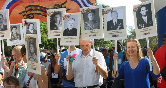 Rusos y cubanos realizan el Regimiento Inmortal en la Habana para recordar victoria contra el fascismo